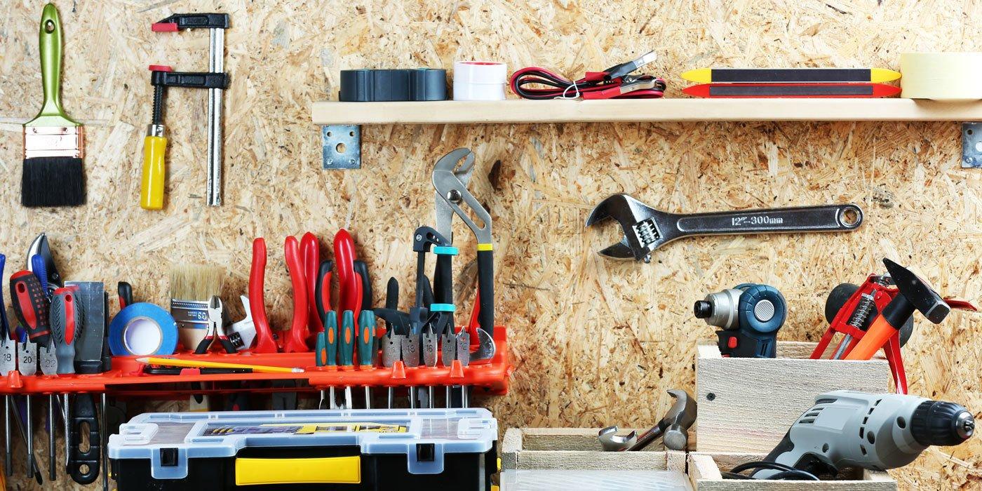Werkstattregal und Werkbank ist mit Werkzeugen ausgestattet