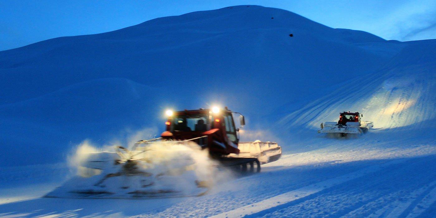In einem Gebirge wir eine Straße vom Schnee befreit