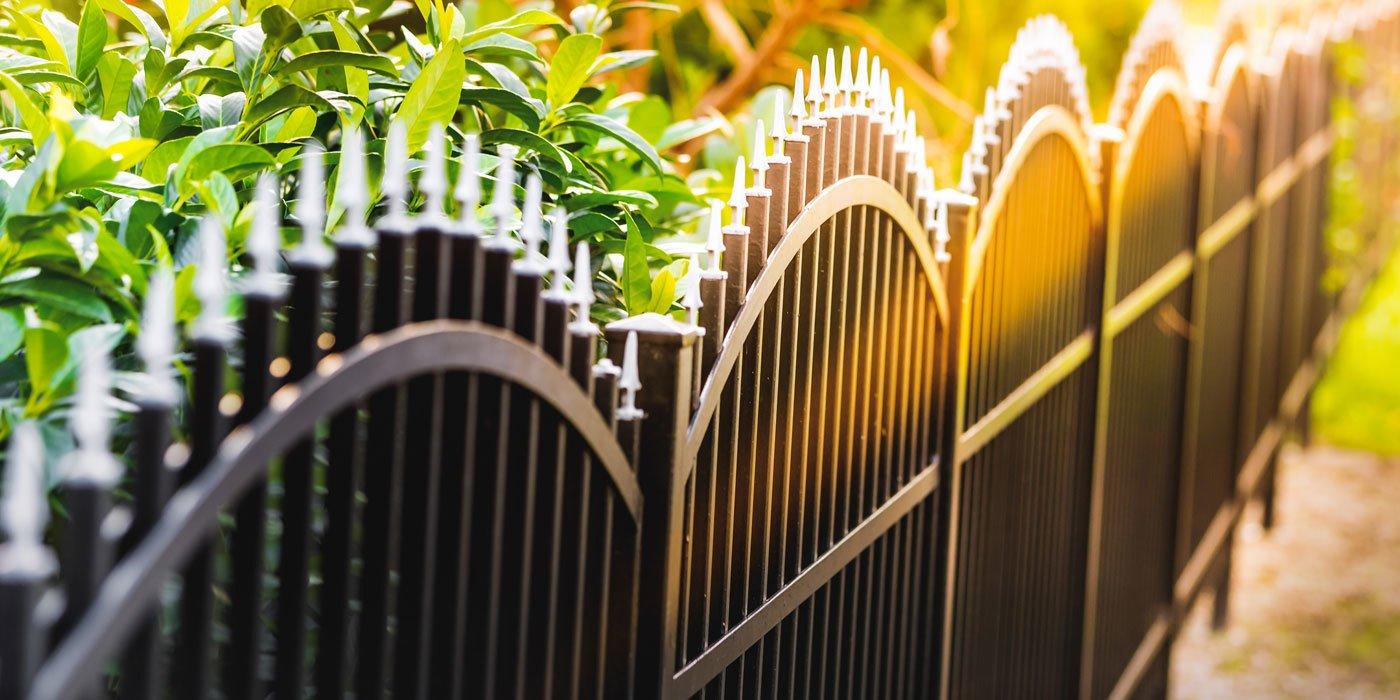 Gartenzaun aus Metall mit dekorativen Zaunspitzen