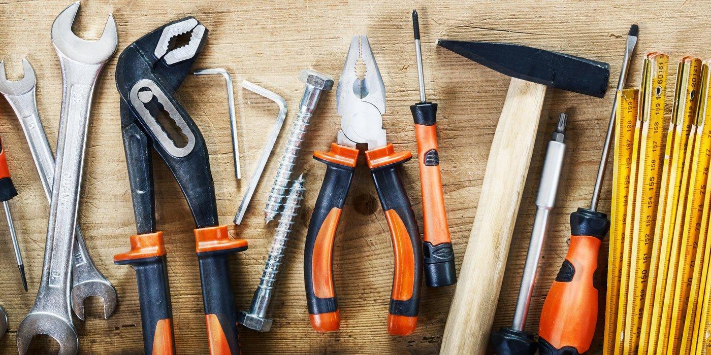 Verschiedenstes Werkzeug liegt nebeneinander auf einem Tisch