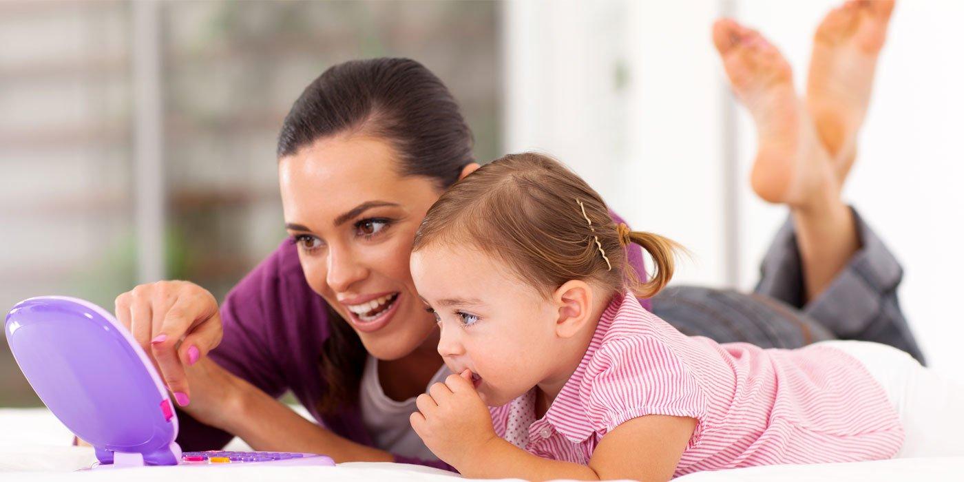Mutter und Tochter vor einem Lerncomputer