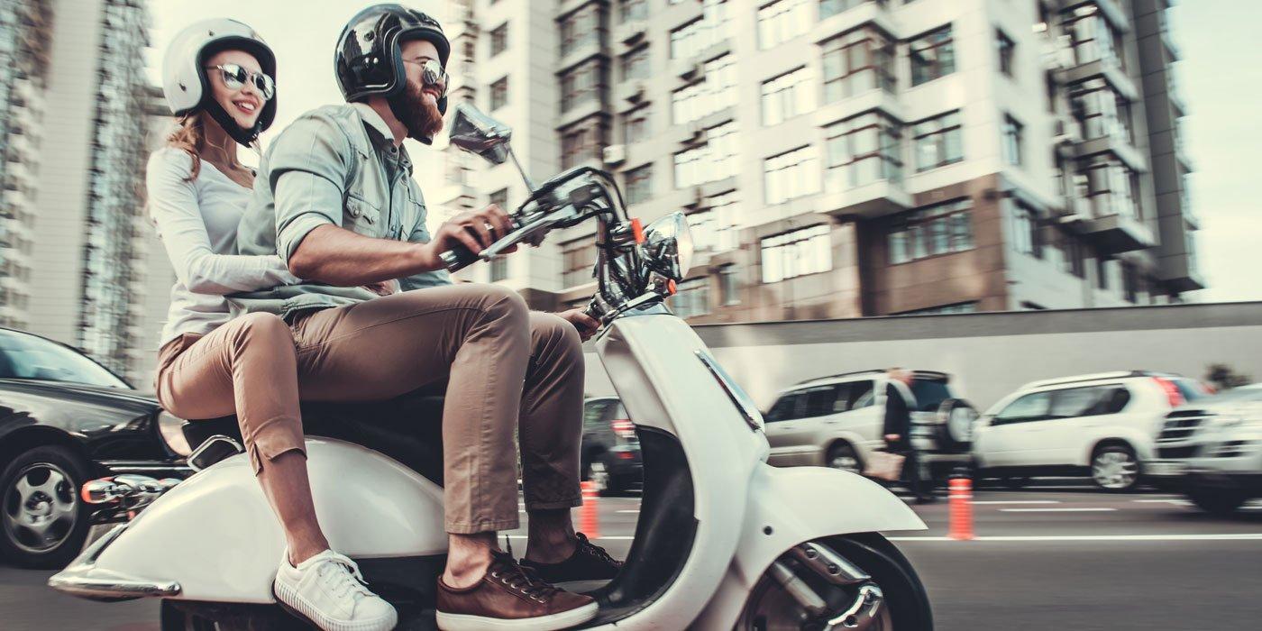 Pärchen auf einem Motorroller