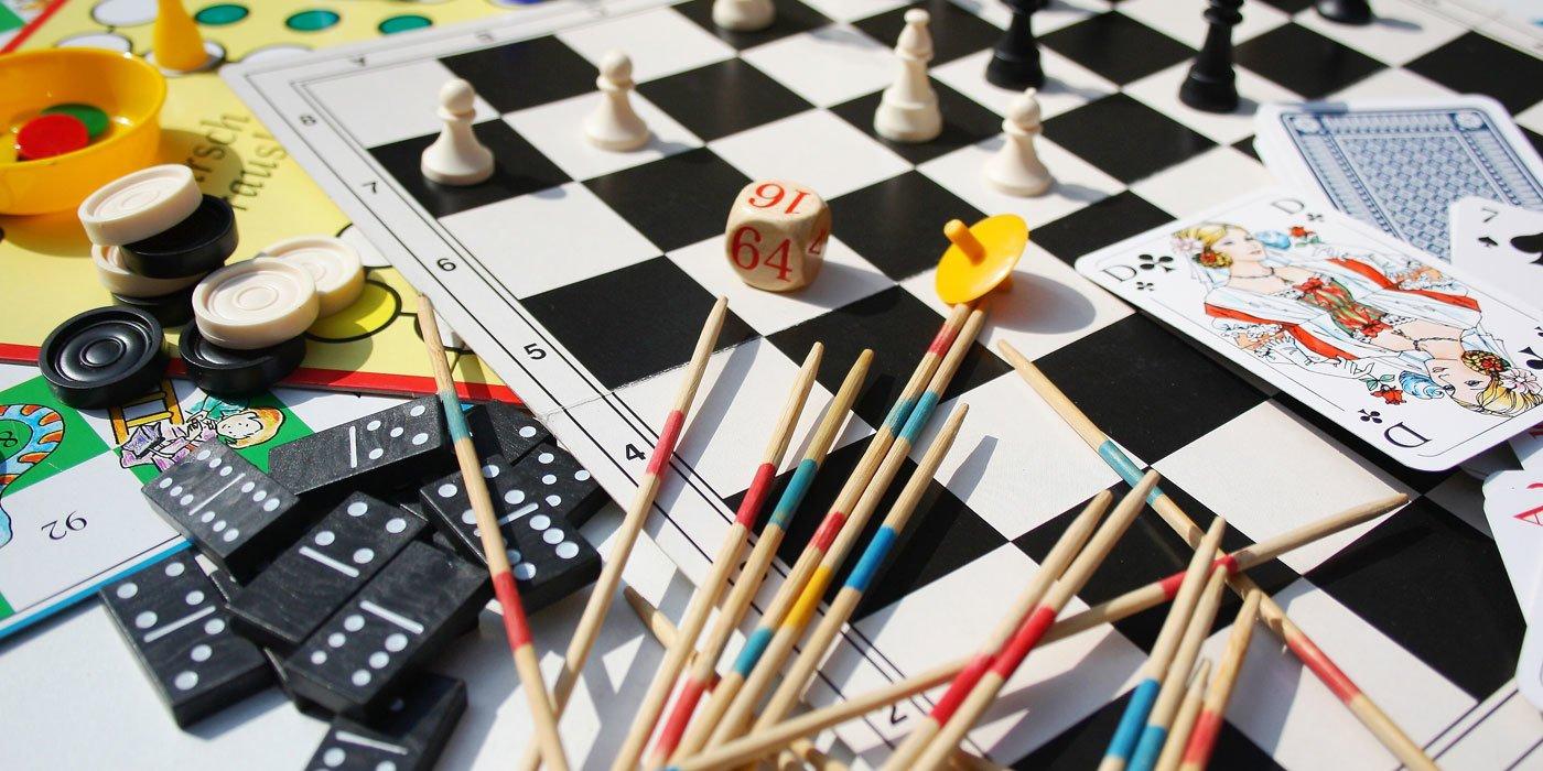 Verschiedene Gesellschaftsspiele auf einem Tisch