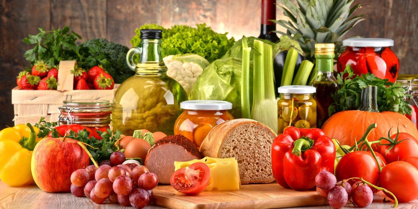 Eine große Auswahl unterschiedlicher Lebensmittel auf einem Holztisch