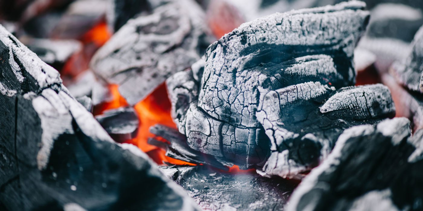 Detail-Aufnahme einer glühenden Grillkohle