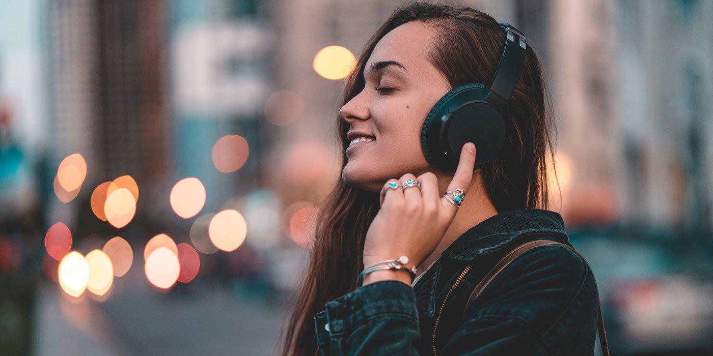 Frau genießt Musik mit ihren Kopfhörern