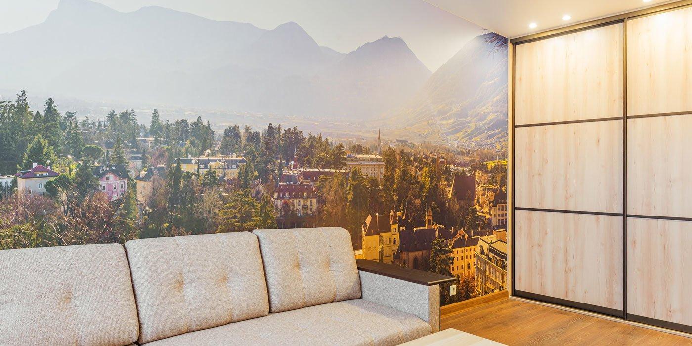 Eine bergige Landschaft an der Rückwand hinter der Couch