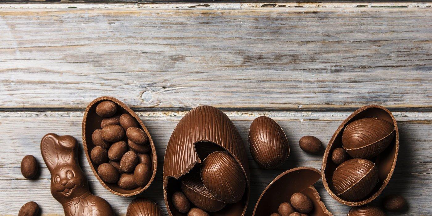 Osterhasen und Ostereier aus Schokolade liegen nebeneinander