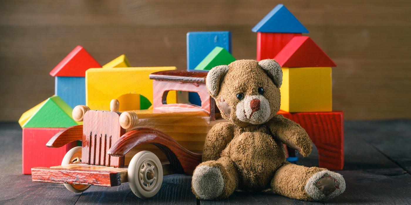 Teddy, Spielzeugauto aus Holz und farbige Bauklötze aus Holz