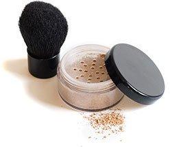 Aufnahme einer Dose Mineral Make-Up und eines Pinsels.