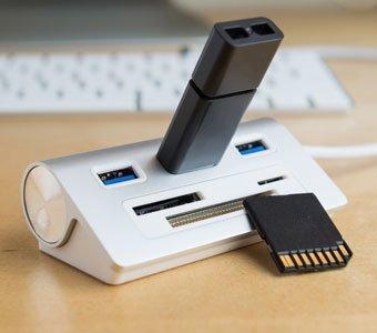 USB Adapter auf Schreibtisch mit daneben liegender SD-Speicherkarte
