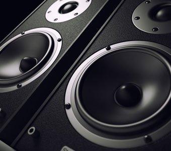 Zwei schwarze Lautsprecher stehen direkt nebeneinander.