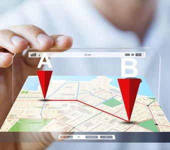 Person hält virtuelle Karten, auf der ein Weg von A nach B markiert ist.