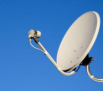 Satellitenschüssel vor blauem Himmel