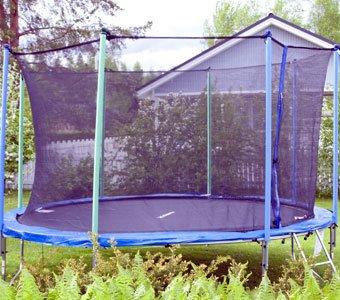 Trampolin in einem Garten