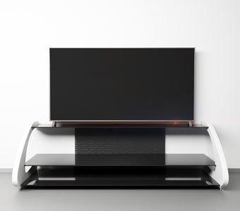 Fernseher steht oben auf einem HiFi-Regal vor einer weißen Wand