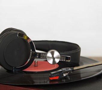 Kopfhörer liegen auf Plattenspieler auf.