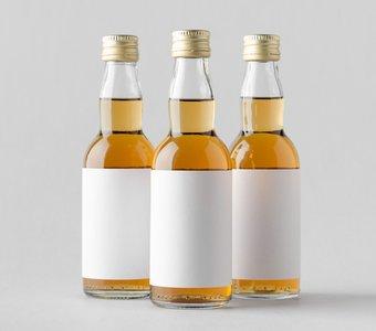Drei kleine Schnapsflaschen