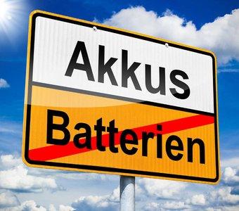 Ortsschild mit Akkus und Batterien als Schriftzug