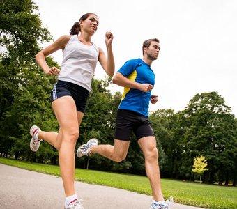 Ein Mann und eine Frau laufen im Park