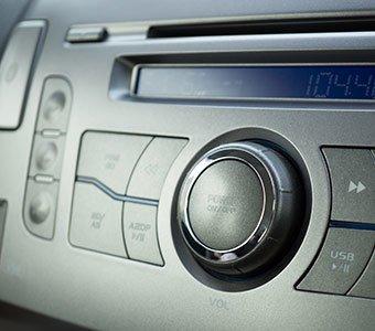 Nahaufnahme auf ein eingebautes Autoradio