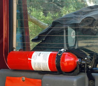 Feuerlöscher im Kofferraum befestigt