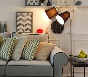 Sofa mit Leselampe schräg dahinter