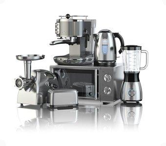 Mikrowelle, Kaffeemaschine, ein Wasserkocher, daneben ein Standmixer, ein Toaster und ein Fleischwolf