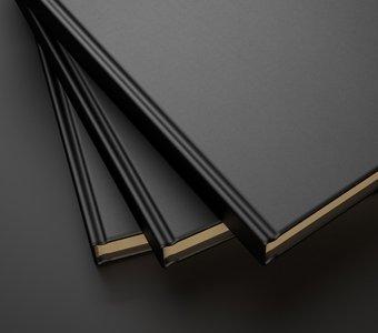 Im Buchbinde-Verfahren hergestellte Bücher auf schwarzem Untergrund