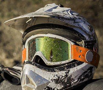 Motorradhelm mit zusätzlicher Crossbrille