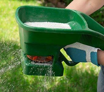 Nahaufnahme eines Gerätes zum Düngen des Rasens.