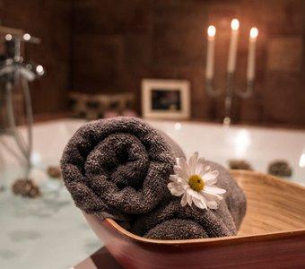 Große Badewanne stilbewusst zur Entspannung angerichtet.