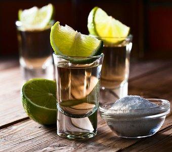 Eine typische Bestellung von drei Tequila Blance mit Limetten und Salz.