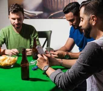 Aufnahme einer Gruppe, welche Poker spielt.