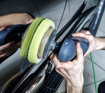 Ein Auto wird mithilfe einer Poliermaschine poliert