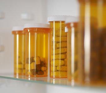 Aufnahme von Pillendosen in einem Medizinschrank.