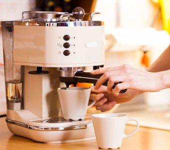 Die Zubereitung der ersten Tasse Kaffee am frühen Morgen