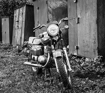 Schwarz-Weiß-Aufnahme eines alten Motorrades