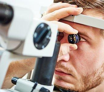 Aufnahme des Prozesses der Anpassung von Kontaktlinsen.