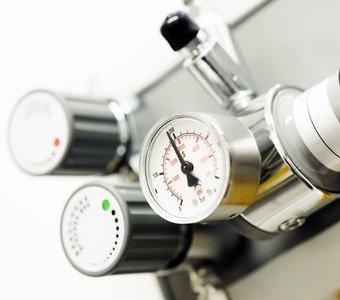 Nahaufnahme eines Druckmessers von einer Heizungsanlage.