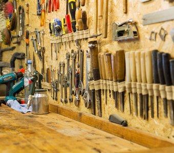 Werkzeugwand aus Holz mit unterschiedlichen Werkzeugen