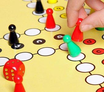 Ein Spieler wirft die Spielfigur eines anderen raus