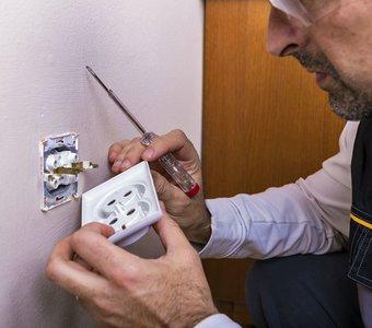Elektriker arbeitet an einer Steckdose