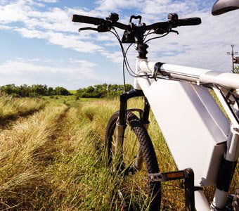 E-Mountainbike in hohem Grass