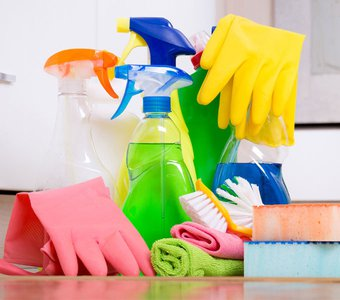 Eine Sammlung an Reinigungsmitteln wird dargestellt