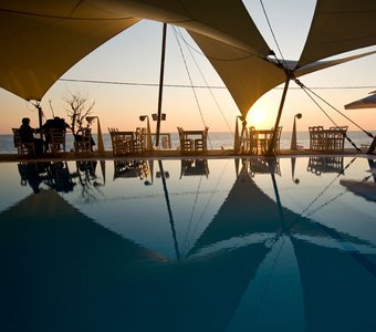 Panorama-Aussicht einer Sonnenwiese mit fest verankerte Befestigungsmöglichkeiten für Sonnensegel
