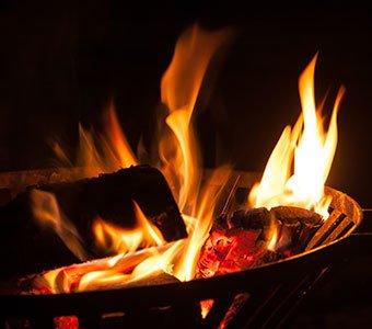 Aufnahme eines brennenden Feuerkorbs bei Nacht.