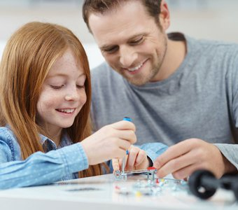 Vater und Tochter bauen gemeinsam ein Modellauto