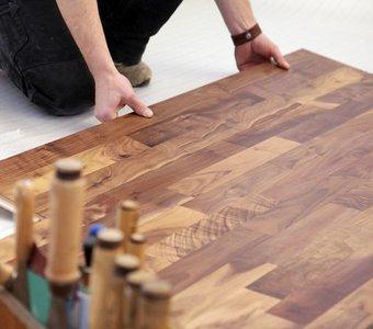 Handwerker verlegt Holzfußboden