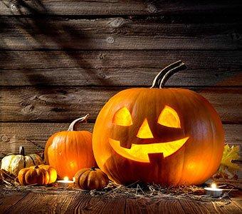 Nahaufnahme eines Kürbis, welcher als Halloween-Deko dient.